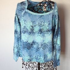 """Liz&Co long sleeve blue pullover top. Petite small Blue with design pullover top. Gently worn and very nice condition. Length is 20 1/2"""". Across front is 17"""". Liz&co Tops"""