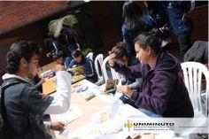 Los y las estudiantes de UNIMINUTO aprendieron un poco del lenguaje de señas.