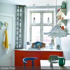 Um eine kleine Küche individuell zu gestalten, kann man zum Beispiel die Küchenfronten in einer knalligen Farbe streichen. Geschirrtücher & Co können an…