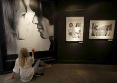 sheismaureen:  Pattie Boyd signing her photo with George Harrison