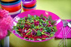 Läcker sallad på läckert fat! Summer salad on cerise dish from JellyBean Sweden. #jellybean, http://www.jellybean.se/produkter/upplaggningsfat-65/upplaggningsfat/upplaggningsfat-cerise.html