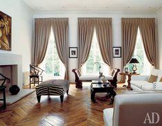 Дом в Лондоне  Дизайн Хорхе Вильона  В этой гостиной сохранили старинный рисунок оконных переплетов. Он прекрасно сочетается со старым паркетом, с китайскими вещами и мебелью французского ампира. Темные гардины выглядят очень уютно. Не случайно в этой гостиной много сидячих мест: для приема она идеальна.