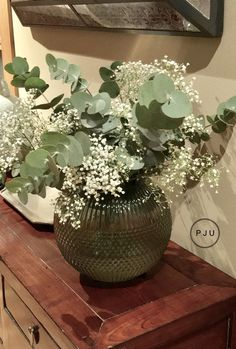 Floral arrangement with eucalyptus- Arreglo floral con eucalipto With a bouquet of eucalyptus and a bouquet of white flowers … - Small White Flowers, Faux Flowers, Dried Flowers, Table Flowers, Flower Vases, Ikebana, Flower Decorations, Wedding Decorations, Home Flower Arrangements