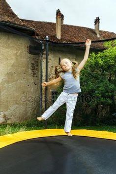 下载 - 可爱的学龄前儿童女孩在蹦床上跳跃 — 图库图片#80935644