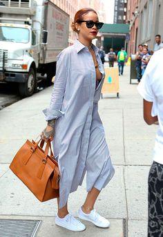 camisa vestido rihanna look street style tenis branco bolsa marrom shirt dress