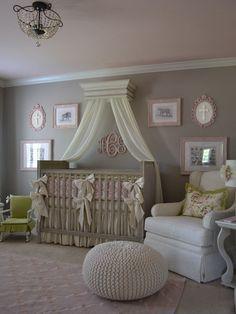 Réalisation d'une chambre de bébé fille tradition avec un mur gris et un sol en moquette.