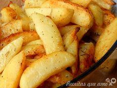Receita de batatas no forno • 8 batatas médias • Sal a gosto • Pimenta do reino a gosto • Alecrim a gosto (+-1 colher de chá) • 25g de manteiga • Azeite a gosto MODO DE PREPARO Descasque as batatas e corte-as em gomos. Cozinhe-as por 10 minutos em água com um pouco de sal. Escorra e passe-as por água fria. Coloque-as em um refratário e tempere. Espalhe a manteiga e regue com um fio de azeite. Forno médio 30 minutos, salteie para que as batatas virem. +10 minutos - fogo alto.