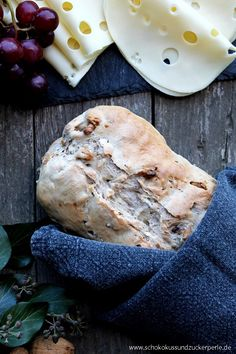 Rezept für ein leckeres Walnussbrot mit drei kreativen Ideen für besondere Käsebrote bzw. Käsestullen (Tomatenmarmelade, Brombeersenf, ...)