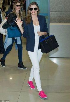 Look de Miranda Kerr: Blazer Azul Marino, Camiseta con Cuello Barco Blanca, Pantalones Pitillo Blancos, Zapatillas Bajas Rosa