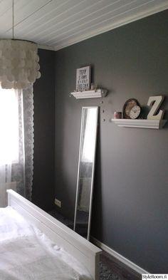 Romantic bedroom, lace, makuuhuone,romanttinen,pitsiverho,harmaa seinä,harmaa,tauluhylly,tauluhyllyt,sisustus,sisustuskirjain,remontti,Tee itse - DIY
