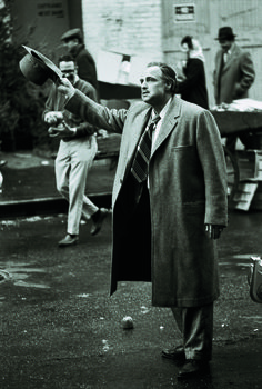 Brando receives the applause of the onlookers.