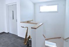 Treppenhaus innen mit Treppengeländer gemauert, Handlauf Holz - Architektur Detail Hauskonzept Wohnen & Arbeiten WeberHaus Fertighaus - HausbauDirekt.de