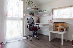Ein helles und geräumiges Kinderzimmer mit Schreibtisch und viel Stauraum befindet sich in diesem HARTL HAUS Traumhaus. Corner Desk, Furniture, Home Decor, Table Desk, Closet Storage, Corner Table, Decoration Home, Room Decor, Home Furnishings