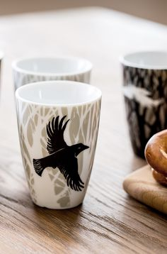 Raven thermo mug from Sveinbjörg keeps your coffee warm longer. Nordic Kitchen, Scandinavian Kitchen, New Nordic, Nordic Style, Oven Glove, Crows, Ravens, Tea Towels, Iceland