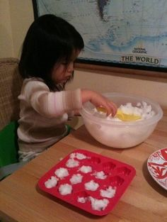 Indoor Snow Activities for Toddlers - Toddlers activity - Activities for kids Snow Activities, Fun Activities For Kids, Christmas Activities, Infant Activities, Crafts For Kids, Indoor Activities, Kids Fun, Snow Theme, Baby Girl Nursery Themes