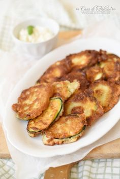Gebackene Zucchini ist eine typische italienische Vorspeise, die es bei uns oft gibt. Im Sommer essen wir es gerne mit Brot und anderen Antipasti als leich