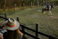 Pré Wedding - Ensaio de Casal com Cavalo - E Design, Cowboy Hats, Butterfly Tattoo Designs, Couple Photography, Horse, Bride, Photos
