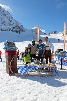 Schneehoehen.de-Team in Tracht auf der Weissen Wies'n #weissewiesn #stubaiergletscher