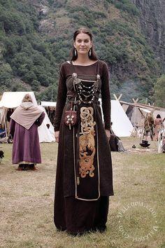 Valkyrja Source by lisakoplin clothes Viking Garb, Viking Reenactment, Viking Dress, Medieval Costume, Medieval Dress, Viking Cosplay, Medieval Life, Norse Clothing, Medieval Clothing