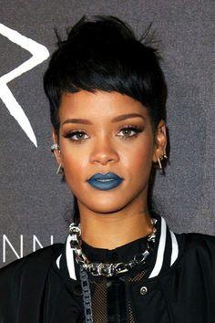 """ClioMakeUp-rossetto-blu-look-come-indossarlo-abbinamenti- ma chi adorava il rossetto blu """"before it was cool"""" (prima che fosse """"figo""""), è una e solo una: la grandissima amante dei rossetti, l'intramontabile Rihanna"""