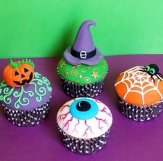 Super cute cupcakes! I love the hat and the pumpkin :)