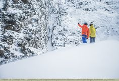 Zwei junge Skifährer planen ihre nächste Abfahrt in den Bergen, Andermatt, Uri, Schweiz Andermatt, Winter Sports, Bergen, Switzerland, Snow, Outdoor, Guys, Outdoors, Winter Sport