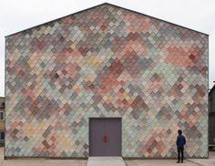 Le collectif d'architecture et de design londonien Assemble a imaginé Yardhouse, un espace de travail dont la façade est composée de tuiles de béton faite à la main par les artistes, proposant ainsi un rendu multicolore du plus bel effet.