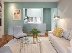 """SALA - """"No ambiente projetado pelo arquiteto Robert Robl, sofá, da Clami do D&D Shopping, e tapete, da Santa Monica. Poltronas revestidas com tecido da Donatelli. Na parede, cor Cheiro de Mato, da Suvinil."""" -(Foto: Thiago Travesso/Divulgação) -Post do Casa&Jardim"""