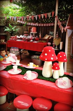 Woodland party table and decorations #woodlandparty #table