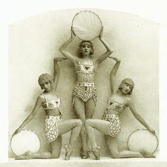 Vintage Fashion Folies Bergere, Paris, the costumes were designed by Erté. So this is what they were talking about in Die Fledermaus. Art Deco, Art Nouveau, Vintage Photographs, Vintage Images, Vintage Circus Photos, Vintage Designs, Mode Vintage, Vintage Ladies, Vintage Beauty