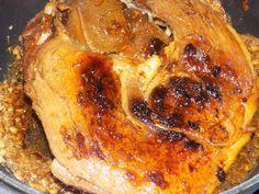 Ingrédients pour 4 personnes: 1 rouelle de porc 5 gousses d'ail ou 5 cuillères à soupe d'ail surgelé 4 cuillères à soupe de sauce soja sucrée 1 cuillère à soupe de romarin sel,poivre Préparation: Hacher l'ail Dans une cocotte mettre la rouelle et saisir...