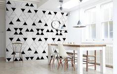 papier-peint-geometrique-triangles-vides-noirs-salle-manger-blanche papier peint géométrique