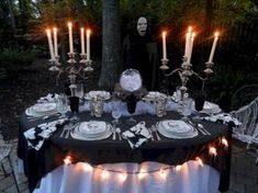 An elegant Halloween dinner under the stars. Love this idea! -- Oooh, costume party at the beach? Halloween Dinner, Theme Halloween, Holidays Halloween, Spooky Halloween, Halloween Crafts, Happy Halloween, Halloween Foods, Outdoor Halloween, Spirit Halloween