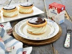 Indiene / Chocolate glazed cakes with natural whipped cream Food Cakes, Chocolate Glaze Cake, Mini Cheesecake, No Cook Desserts, Whipped Cream, Cake Recipes, Food And Drink, Cookies, Breakfast
