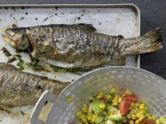 Leichtes Gebackene Forellen Rezept | EAT SMARTER Ersetze Mais durch Bohnen/Linsen.