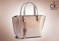 ad06ab5b4f Γυναικεία τσάντα Calvin Klein σε μεταλλιζέ όμπρε faux δέρμα από 109€ Μόνο  45€