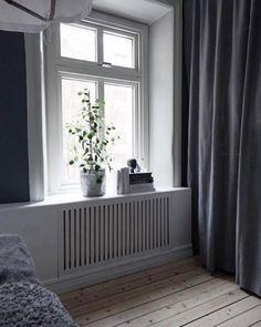DIY a radiator cover. interieur vensterbank 11 space-saving ways to display houseplants Diy Interior, Interior Decorating, Interior Design, Home Decor Bedroom, Home Living Room, Home Radiators, Baseboard Heater Covers, Studio Apartment Decorating, House Design