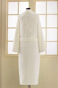 Detail romantické výšivky na zádech. Tento luxusní dámský župan DIANA je k dostání v barvě bílé, smetanové či růžové.