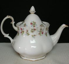 A Lovely Bone China LARGE 6 Cup TEAPOT. Porcelain Ceramics, China Porcelain, English Teapots, Rose Decor, China Tea Sets, China Patterns, My Tea, Royal Albert, Downton Abbey