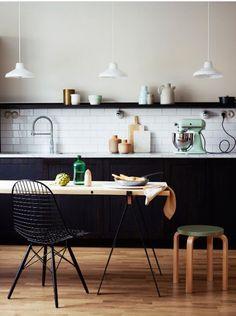Plankjes in de keuken in plaats van bovenkastjes. Laat je mooie keukenspullen en kookboeken zien! Klik hier voor mooie inspiratie! #kitchen #shelves