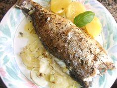 Dorada encebollada al orégano con patatas al aceite de uva. Ver receta: http://www.mis-recetas.org/recetas/show/37937-dorada-encebollada-al-oregano-con-patatas-al-aceite-de-uva