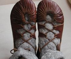 Make your own viking/iron age leather shoes. Make your own viking/iron age leather shoes. Viking Shoes, Viking Footwear, Viking Garb, Viking Jewelry, Ancient Jewelry, Viking Cosplay, Viking Costume, Viking Warrior, Mode Russe