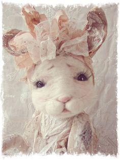 Waar nostalgie en romantiek elkaar ontmoeten Wat een mooi konijn van Marijke Van Ooijen <3