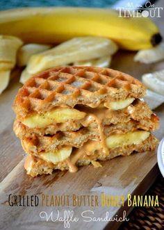 Comme quand j'étais petite.... gauffre, beurre de peanuts, bananes et sirop d'érable... MIAM !!!