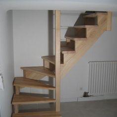Escalier en frêne, 1/4 tournant bas, sans contre marche. Sur crémaillère et rampe en câble inox. Les crémaillères donnent un aspect plus léger et plus discret, pour un escalier que l'on veut, visuellement pas trop encombrant.