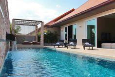 Auringonottoa oman uima-altaan vieressä #thaimaa #unelmatalot
