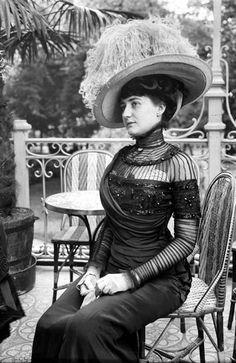 Como un andamio. 1900 Cualquier persona culta lo sabe: la belle époque es el momento más infausto que ha vivido el vestir. Corsés, polisones y sombreros emplumados, pero sin la gracia del XVIII.