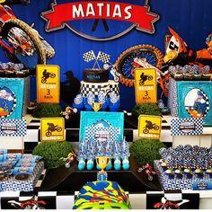 "@encontrandoideias's photo: ""Festa Moto by @alva_designers Seleção #encontrandoideias #blogencontrandoideias"" Motocross Birthday Party, Dirt Bike Birthday, Motorcycle Birthday, Monster Truck Party, Monster Trucks, Dirt Bike Party, Bernardo, Third Birthday, Baby Shark"