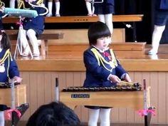 : D     音楽会 木琴を叩く