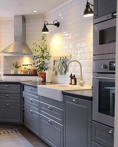 The Advantages of Kitchen Set Design Ideas The kitchen is a location of your home where you should have tons of cookware and utensils out there. Your refurbished kitchen needs to appear trendy and also should be operational. Interior Design Videos, Green Interior Design, Simple Interior, Interior Design Living Room, Ikea Kitchen, Kitchen Tiles, Kitchen Living, Kitchen Interior, Kitchen Decor